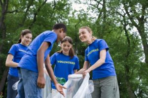 volunteer-teens-picking-up-trash